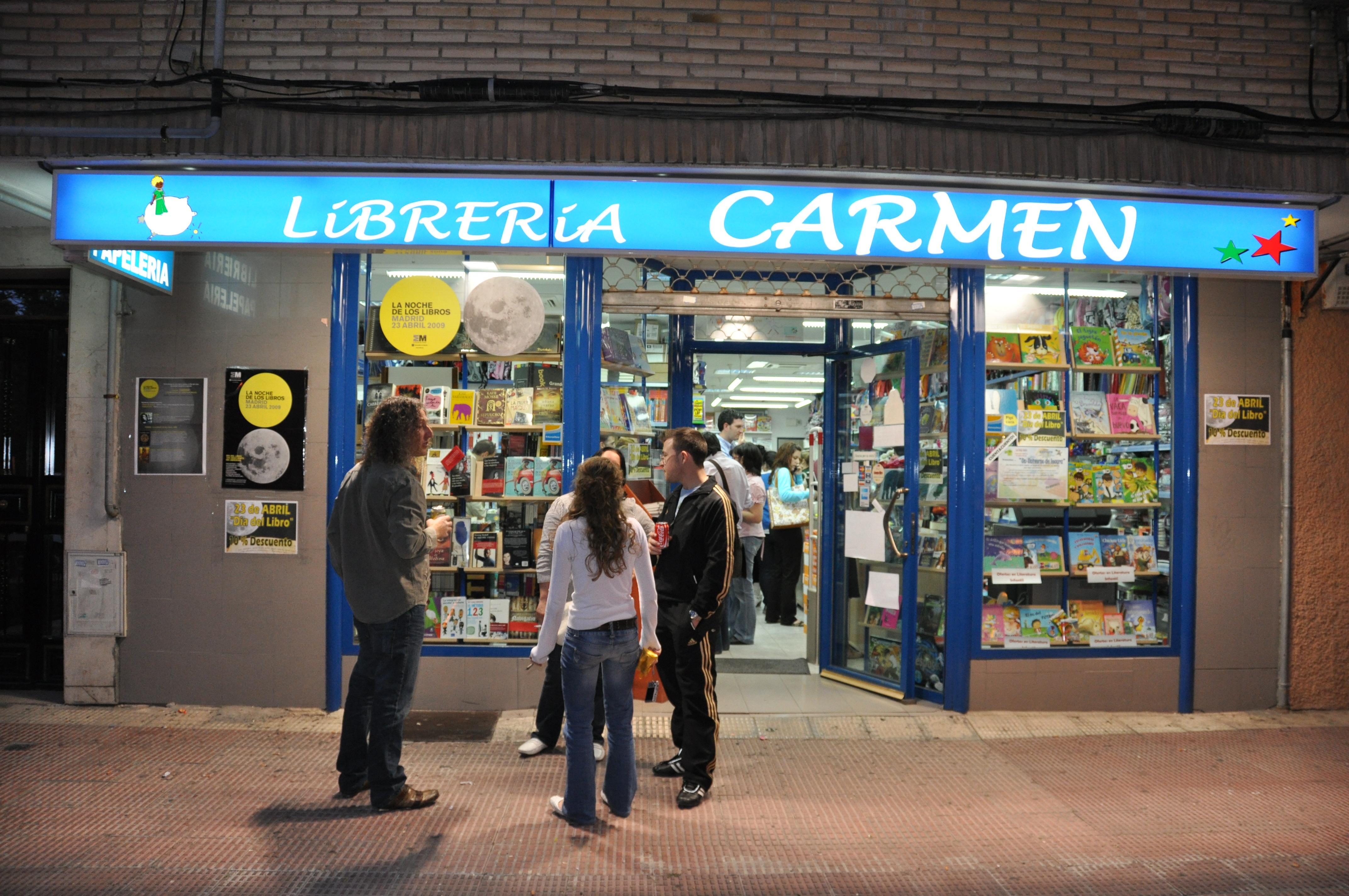 Una pausa para tomar aire antes de seguir firmando la novela en la Librería Carmen, de las más prestigiosas de Parla, única en participar en este evento en la ciudad.