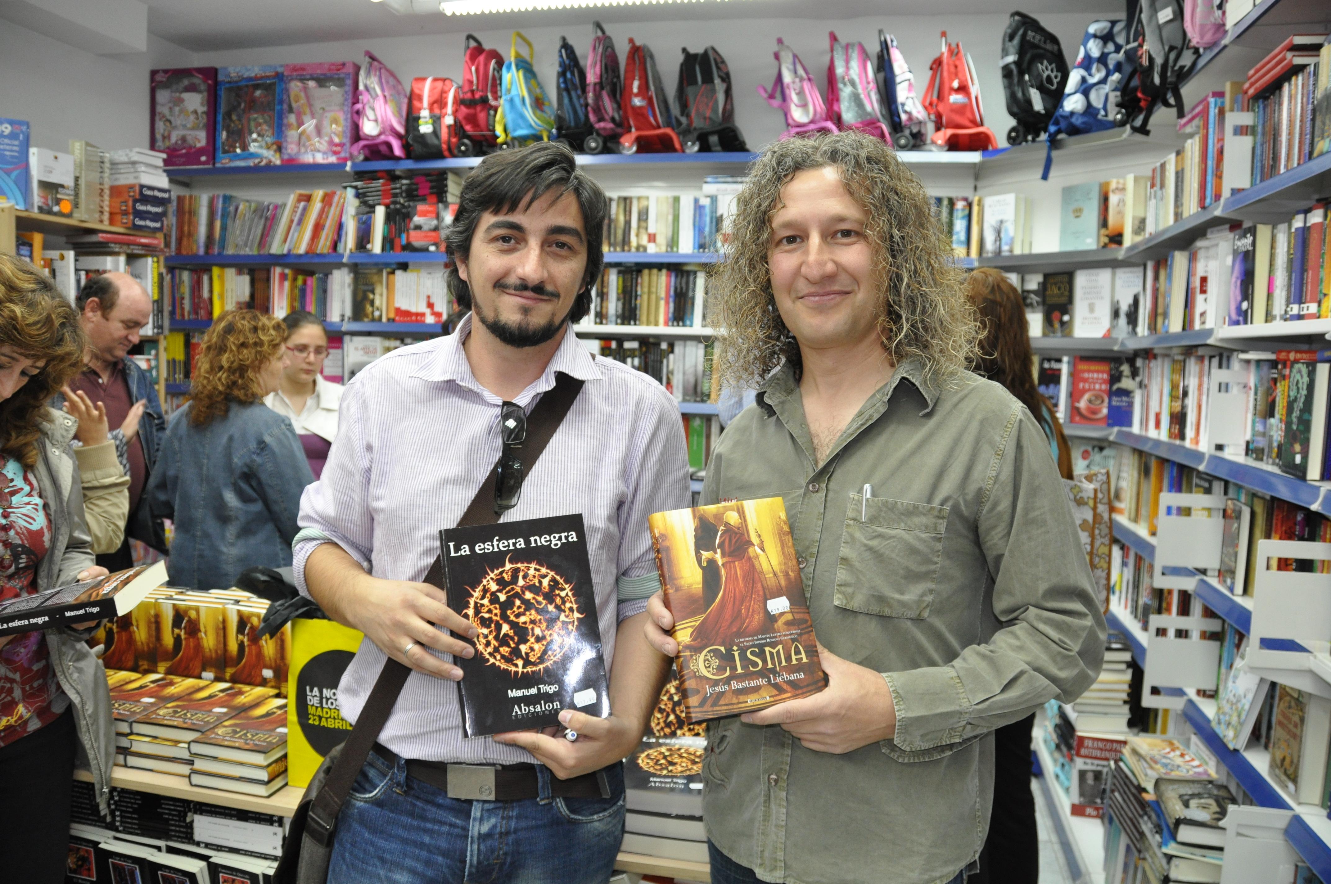 Intercambio de novelas entre los autores invitados (Jesús Bastante Liébana, con La esfera negra, y Manuel Trigo, con Cisma).