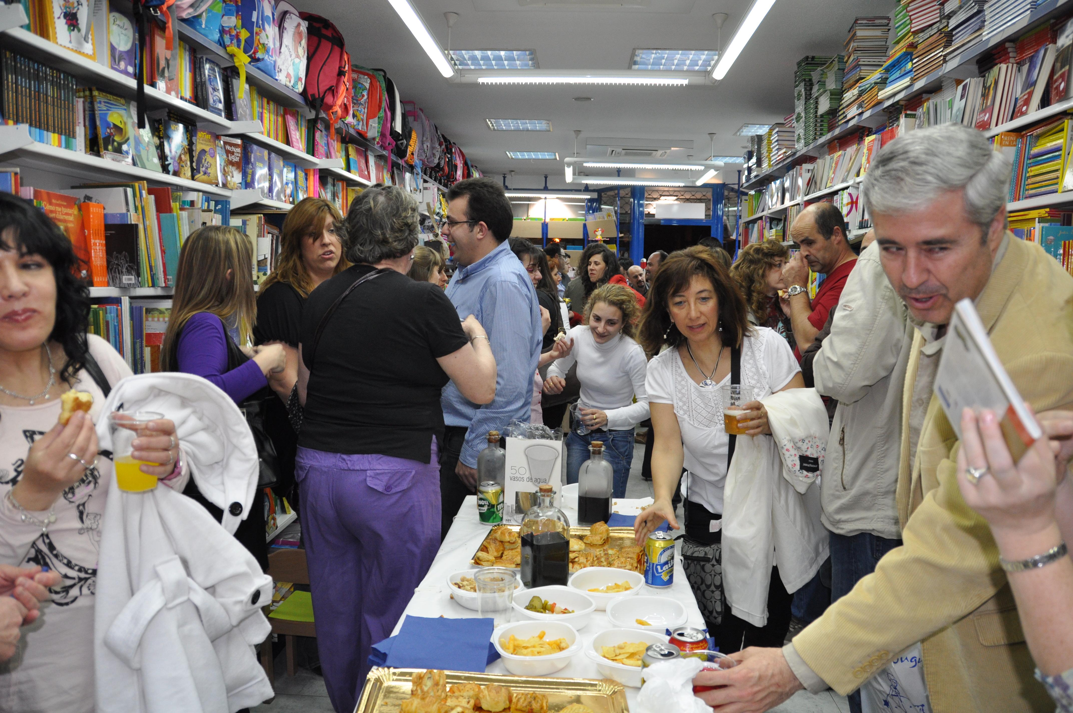 Todo un detalle de la Librería Carmen. Bebidas y comida para acompañar, que no sólo de cultura vive el hombre.