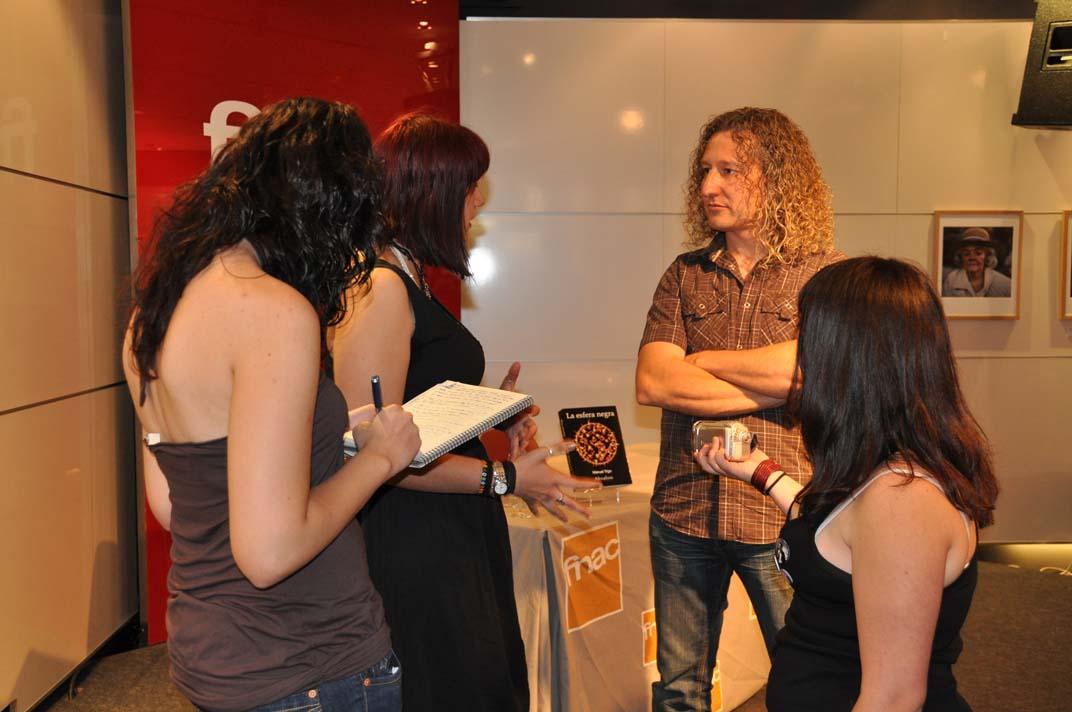 Manuel Trigo entrevistado en FNAC por un grupo de estudiantes de Comunicación y periodismo.
