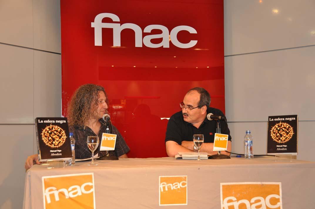 """Manuel Trigo presentando su novela """"La esfera negra"""" en FNAC con la colaboración de José Castejón, Concejal de Cultura de Leganés y profesor de literatura"""