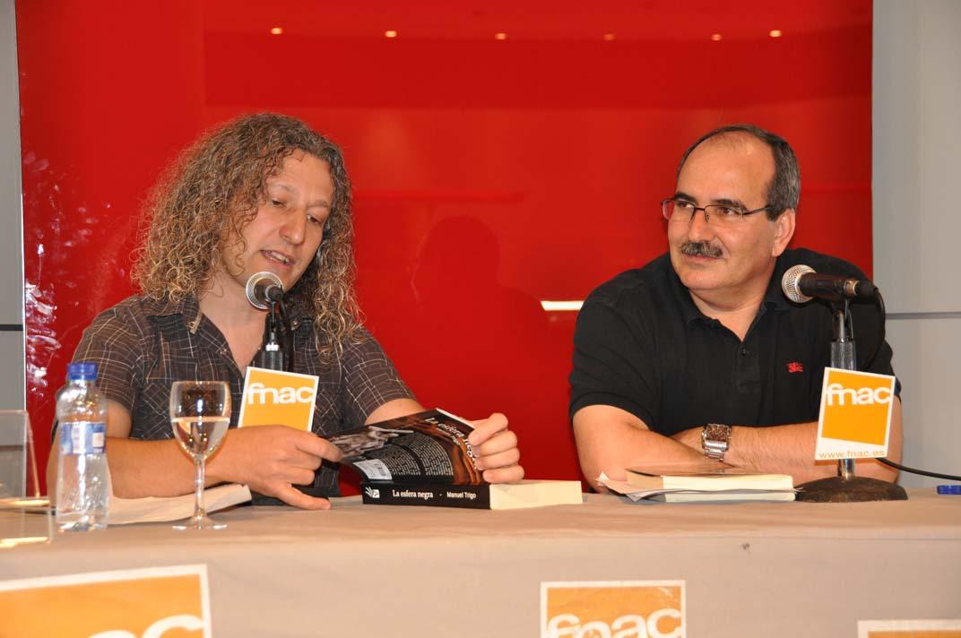 """Manuel Trigo presentando su novela """"La esfera negra"""" en FNAC con la colaboración de José Castejón, Concejal de Cultura de Leganés y profesor de literatura."""